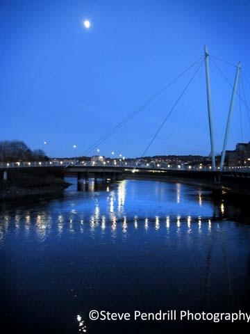 Millennium Bridge, Lune